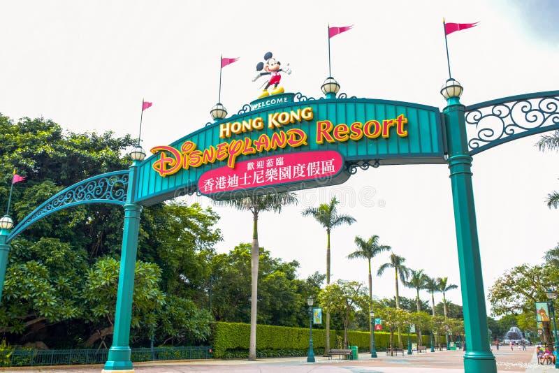 HONG KONG DISNEYLAND - MAYO DE 2015: Señalización de la entrada de Disneyland fotografía de archivo libre de regalías