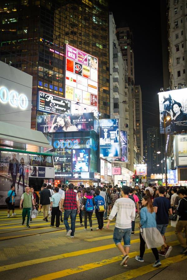 HONG KONG - em outubro de 2015: Pedestres em um distrito da baía da calçada da faixa de travessia em Hong Kong fotografia de stock