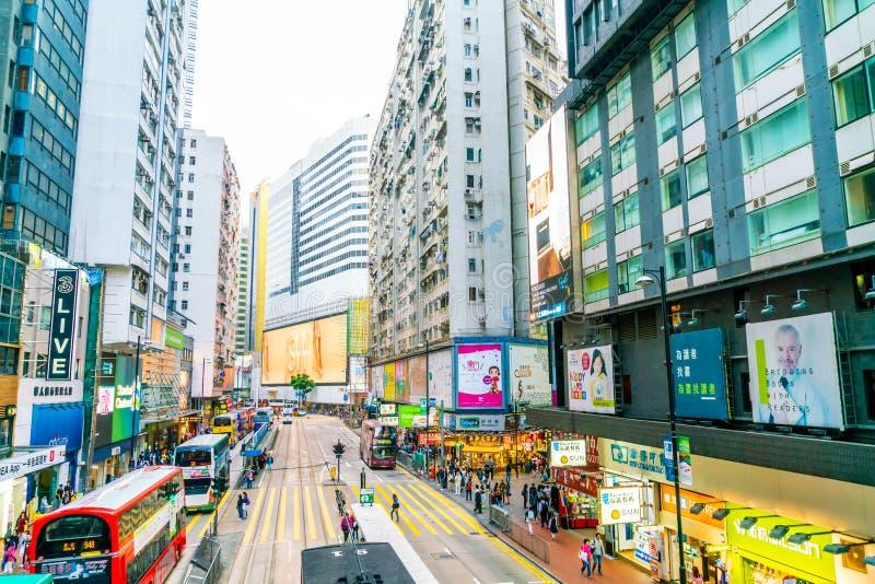 HONG KONG - 21 FEBBRAIO 2019: La gente che cammina attraverso la strada di Hennessy, baia della strada soprelevata in Hong Kong immagini stock