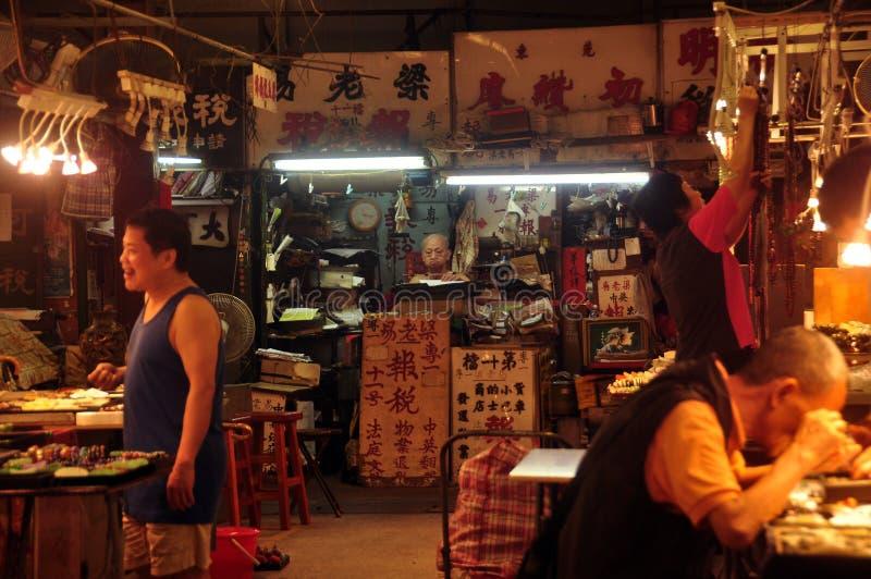 HONG KONG - 21. Februar 2015: Ansicht des glühenden dunklen orientalischen Jademarktes mit Hieroglyphen auf Schildern und der Leu stockfoto