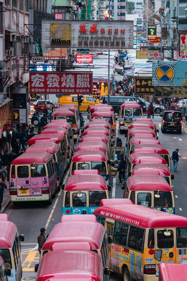 Hong Kong gatasikt med minibussen royaltyfria bilder
