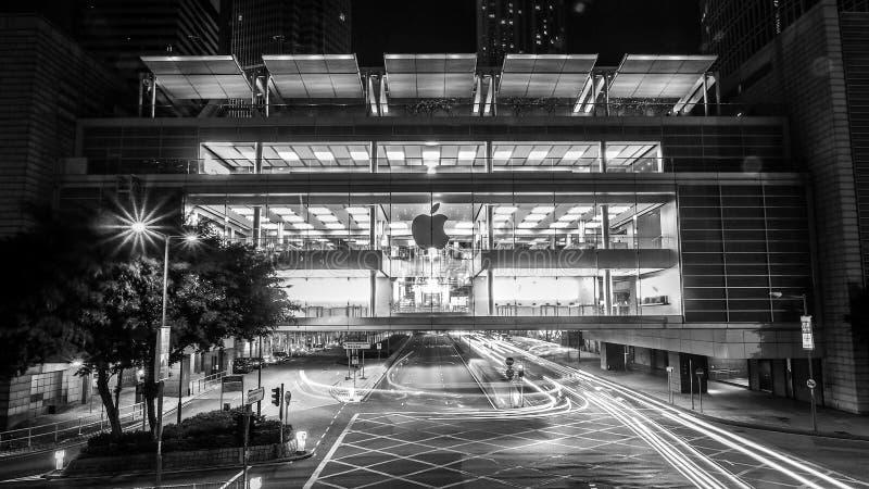 Hong Kong, Grudzień - 10, 2016: Czarny i biały brzmienia Apple sklepy detaliczni Kupujący próbuje out Jabłczanych produkty i robi obraz royalty free