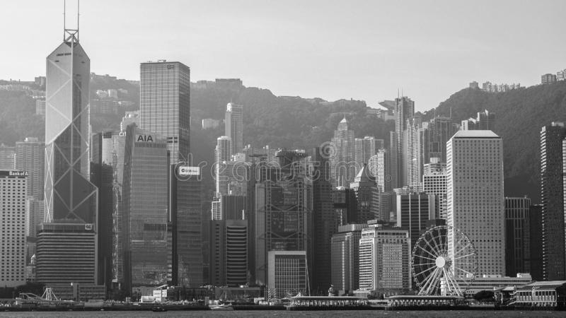 HONG KONG HONG KONG, GRUDZIEŃ, - 10: Czarny i biały brzmienia denny frontowy widok z luksusowymi budynkami w Hong Kong na Grudniu zdjęcie stock