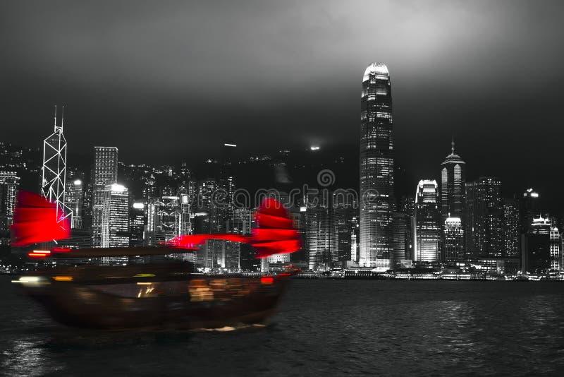 Hong Kong hamn på natten med den suddiga konturn av segelbåten arkivbilder