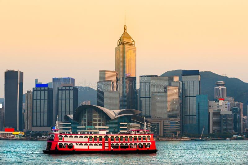 Hong Kong hamn på solnedgången. royaltyfria bilder