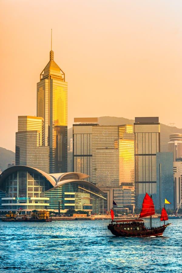Hong Kong hamn på solnedgången. royaltyfri fotografi