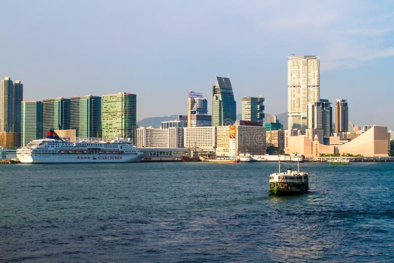 Hong Kong hamnsikt med färjan royaltyfria foton