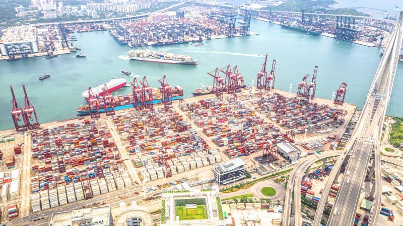 Hong Kong-haven industrieel district met het schip van de ladingscontainer, kranen, autoverkeer op weg en Stonecutters-brug royalty-vrije stock fotografie