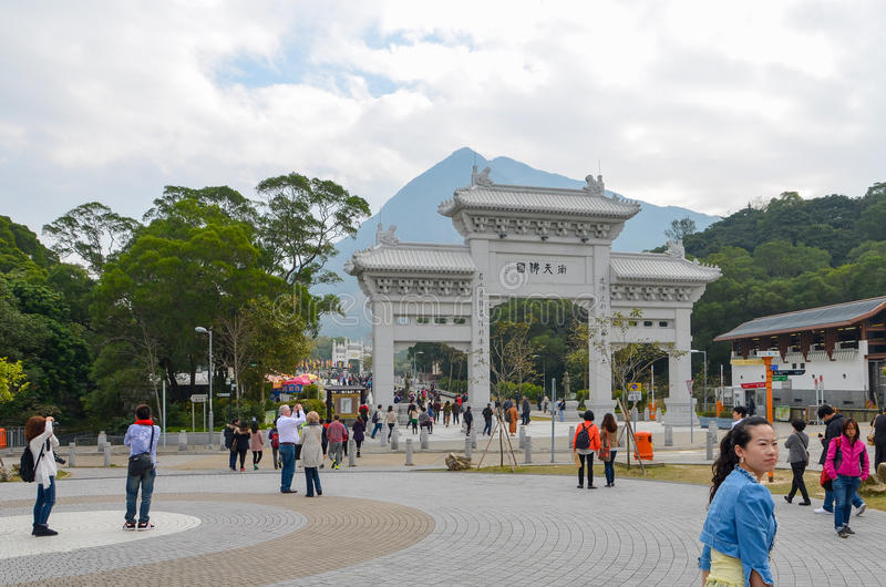 HONG KONG, HONG KONG - 8 de diciembre de 2013: Puerta de la entrada al Po Lin Monastery foto de archivo libre de regalías