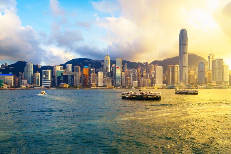 Hong Kong horisont på solnedgången över Victoria Harbour arkivfoto