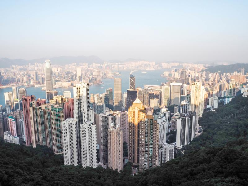 Hong Kong horisont skälla finansiell första kowloon för området över för maximumplansommaren för tid för den victoria mycket bred arkivfoto