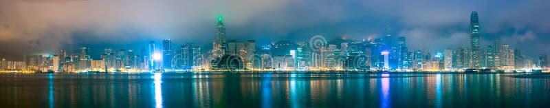 Hong Kong horisontpanorama i morgonen över Victoria Harbour under skymningsoluppgång royaltyfria foton
