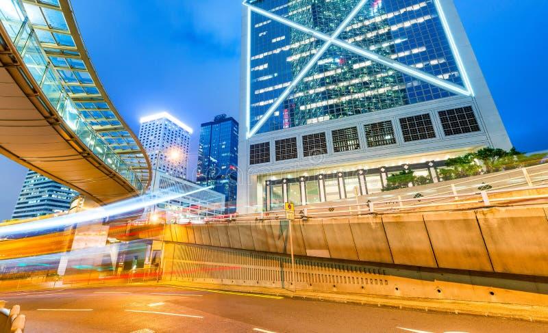Hong Kong i stadens centrum skyskrapor på natten med stadstrafik fotografering för bildbyråer