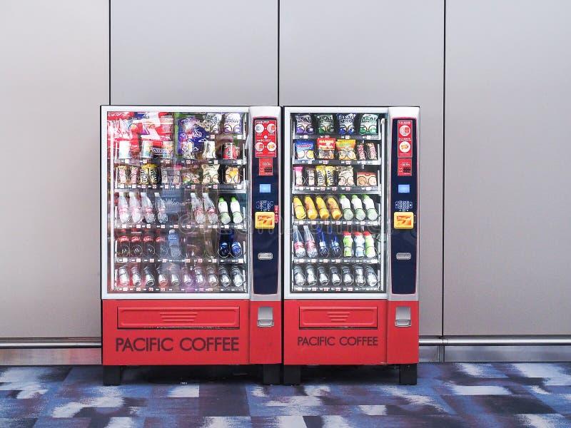 Hong Kong International Airport / Hongkok - 11 april 2018 : Snack vending machnie in hong kong international Airport stock afbeeldingen