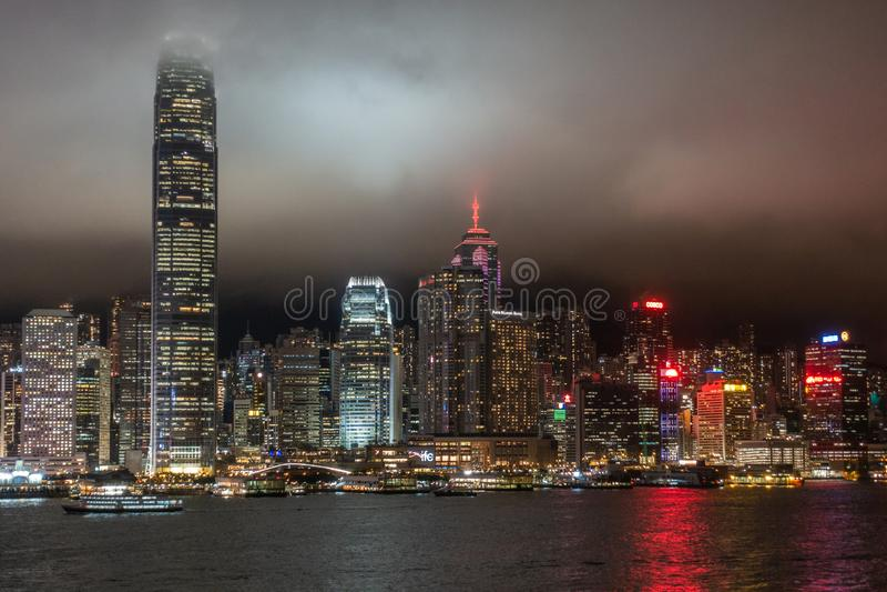 Hong Kong Island horisont under regnig natt, Kina arkivfoton