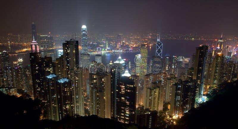 Hong Kong Island Skyline på natten från maximumet royaltyfria foton