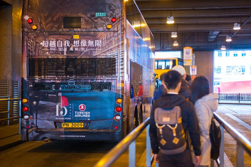 Hong Kong - Januari 14, 2018: Busstation met geparkeerde buswaitin stock afbeelding