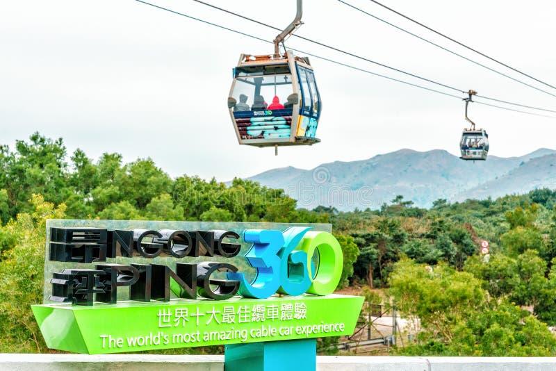 Hong Kong - Januari 26, 2016: Ngong knackar 360 som Skyrail på den Lantau ön i Hong Kong är världarna mest fantastisk erfarenhet  royaltyfria foton