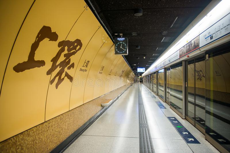 Hong Kong - Januari 10, 2018: Sheung glåmigt MTR stationstecken royaltyfri foto