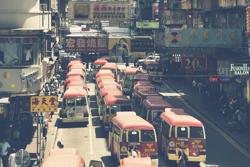 Hong Kong Kina - Augusti 14, 2017: Minibussuppställning som väntar royaltyfria foton