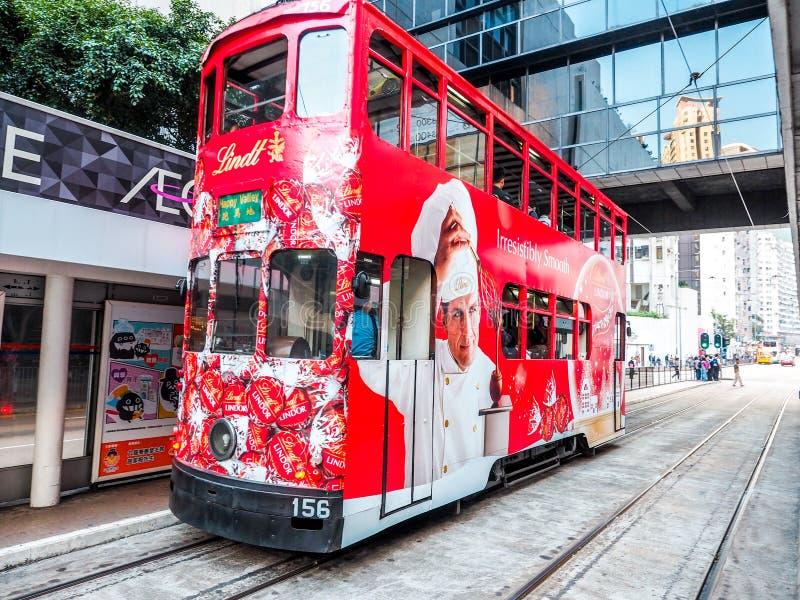 Hong Kong Kina - DEC 2016: Dubblett-däck spårvagn på December 9, 2013 i Hong Kong Dubblett-däcket spårvagnsystemet är mest berömd royaltyfria foton