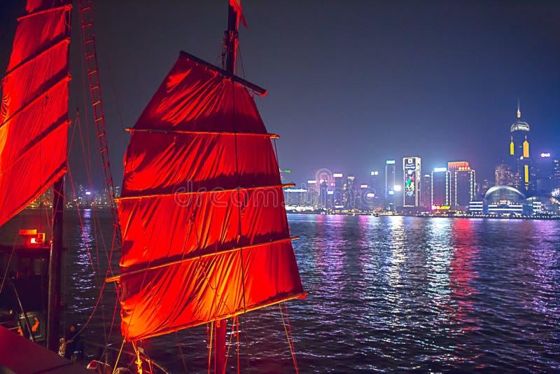 Hong Kong Kina - December 9, 2017 Röda kineser seglar skräpfartyget royaltyfri bild