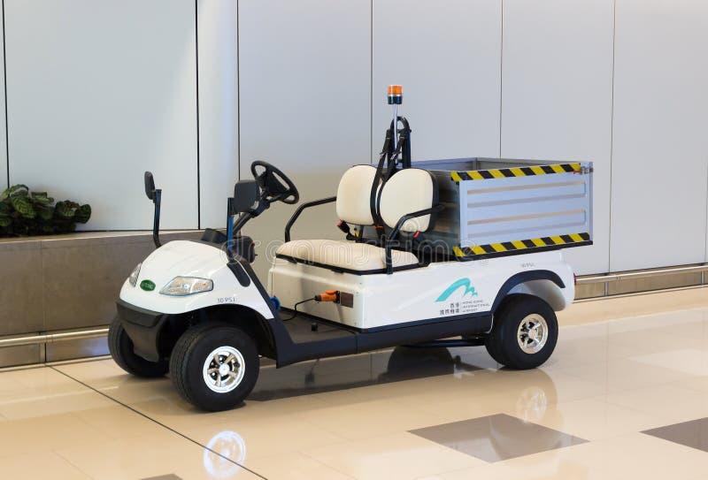Hong Kong Kina - September 22, 2018: Vit elektrisk nytto- golfvagn eller barnvagnbil för trans. av bagage och last arkivbild