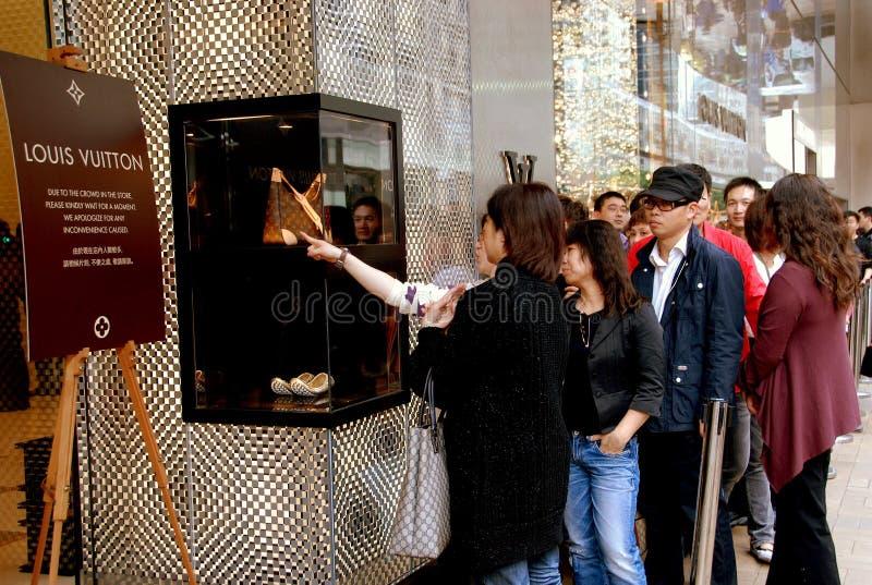 Hong Kong: La gente alla memoria di Louis Vuitton fotografie stock