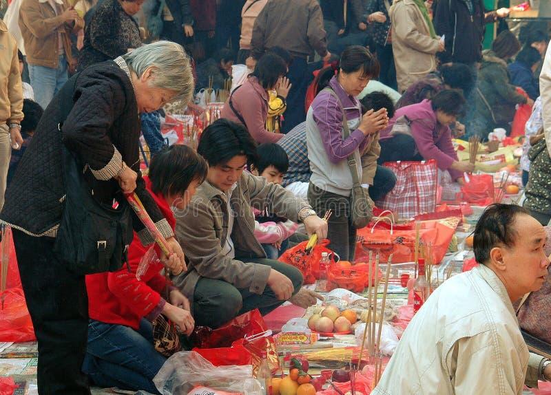 Hong Kong: Leute, die am Tempel beten lizenzfreies stockbild