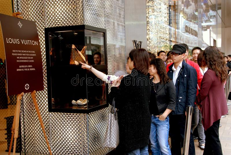 Hong Kong: Leute am Louis Vuitton-Speicher stockfotos