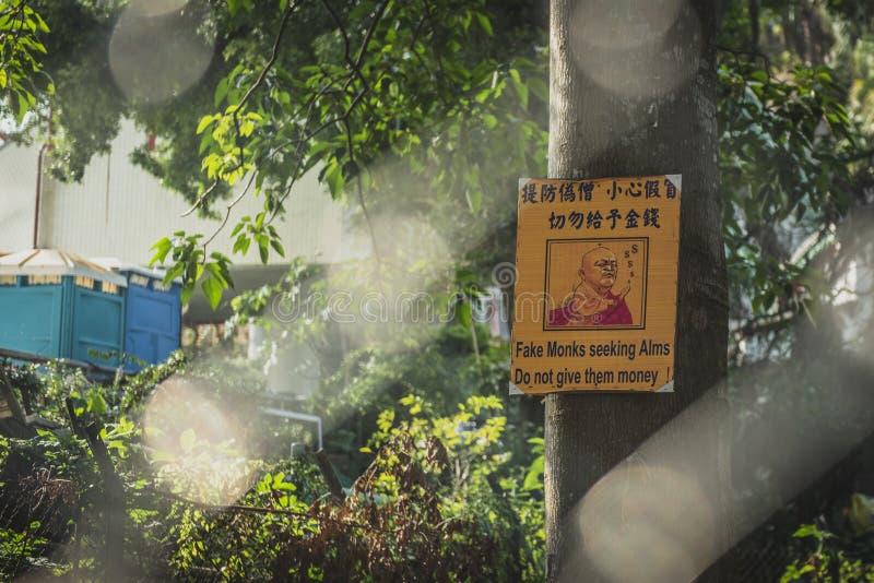 Hong Kong, Listopad 2018 - dziesięcia tysięcego Buddhas monasteru mężczyzny sadło Sze zdjęcie royalty free
