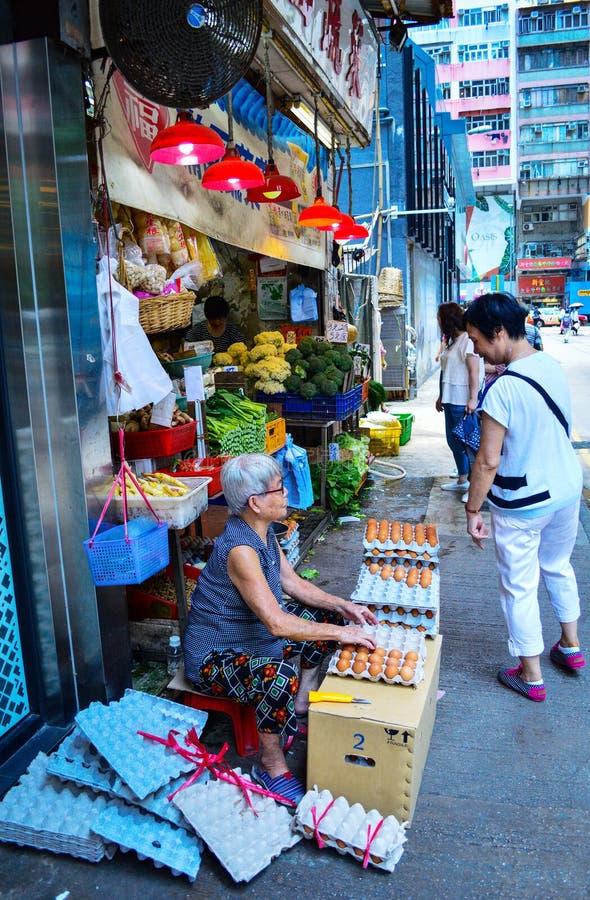 Hong Kong Local Selling Eggs i Wan Chai Street fotografering för bildbyråer