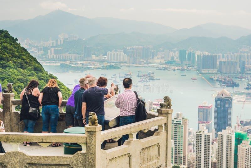 HONG KONG - 25. MAI 2017: Touristen bei Victoria Peak in Hong Kong Victoria Peak ist eine der populärsten Stelle unter touristisc lizenzfreie stockfotografie