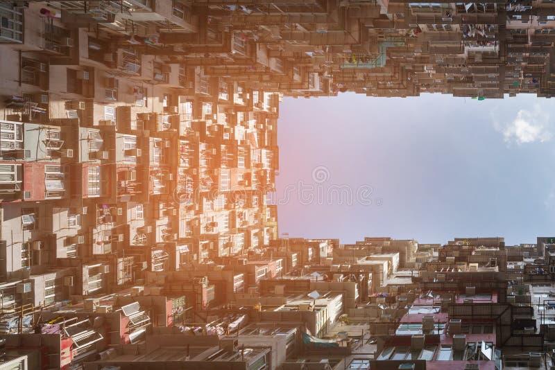Hong Kong miasta tłumu mieszkanie przeciw niebieskiemu niebu zdjęcia royalty free