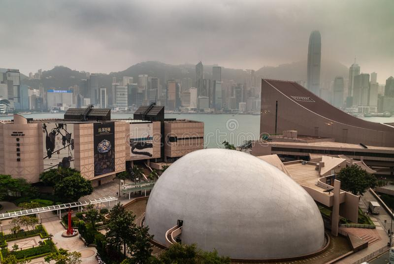 Hong Kong Musea mit in hinteren Skylinen von Hong Kong Island, China lizenzfreie stockbilder
