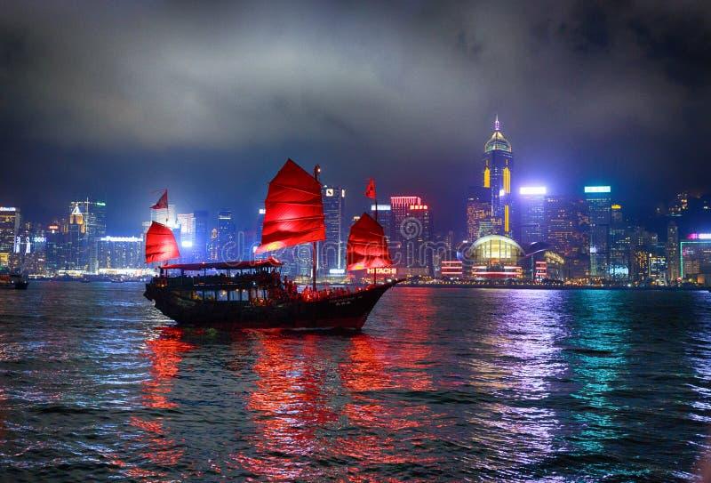 Hong kong, nocy miasto, światła, szkarłatni żagle, rzeka, niebieskie niebo, c fotografia royalty free