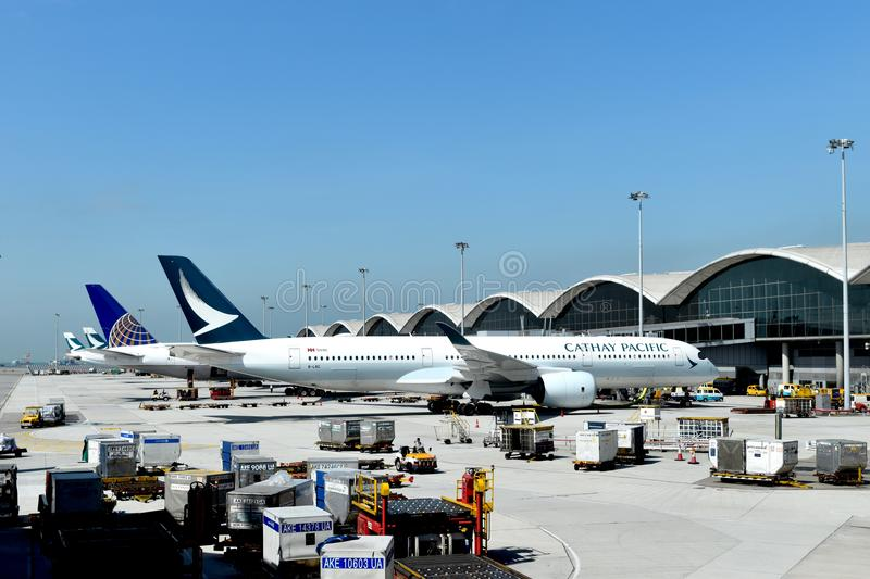 Hong Kong am 16. November 2017: Cathay- Pacificflugzeug kam Rollbahn in internationalem Flughafen Hongs Kong ein safty Florida de lizenzfreies stockbild