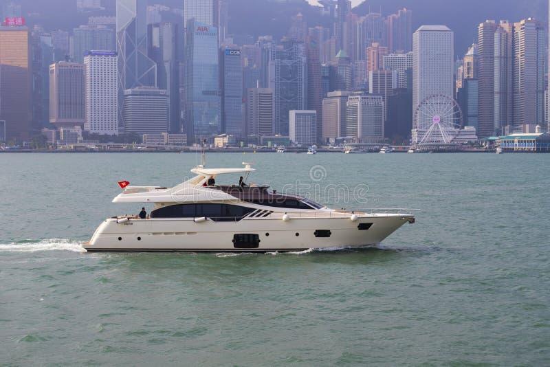 Hong Kong - 24 novembre 2018: Victoria Harbour a Hong Kong, Tsim Sha Tsui, Hong Kong, vista della città del punto di riferimento  fotografia stock libera da diritti