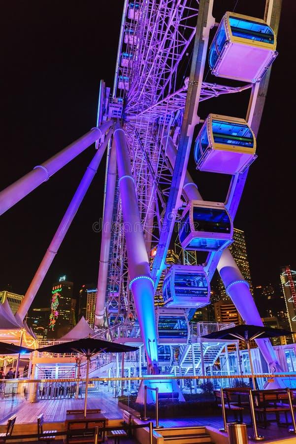 Hong Kong Observation Wheel en el distrito central de la ciudad Opinión vertical de la noche fotografía de archivo