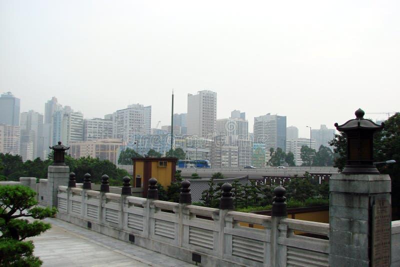 Hong Kong Panorama das ruas, dos parques, de construções religiosas e de arranha-céus foto de stock