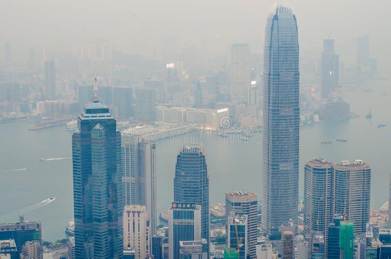 Hong Kong platserna, victoria hamn från den maximala fågelsikten, i misten med dåligt väder i morgonen royaltyfri bild