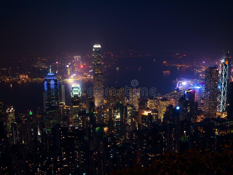 Hong Kong platserna, victoria hamn från den maximala fågelsikten, i misten med dåligt väder i natten, nimbus landskap på royaltyfri foto