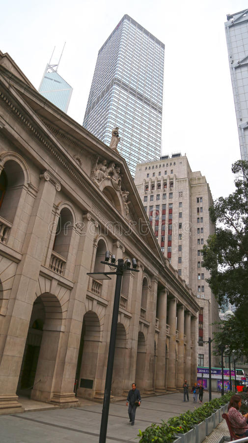 Hong Kong, Porcelanowy Nov 12 - komisja ustawodawcza budynek z wysokiego wzrosta handlowymi budynkami w tle zdjęcie royalty free