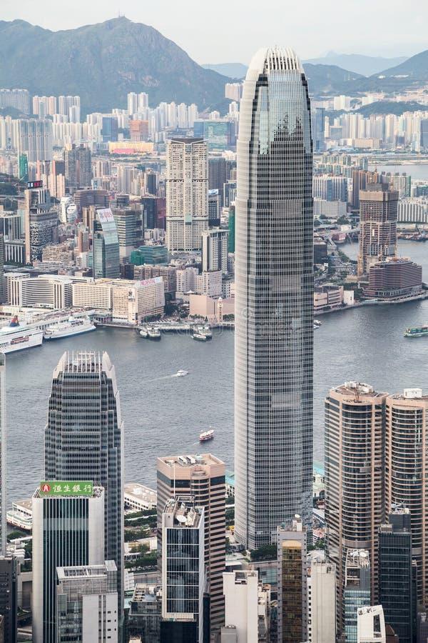 Hong Kong, SAR China - circa Juli 2015: Toren de internationale die van het Financiëncentrum (IFC) van Victoria Peak bij zonsonde stock foto's