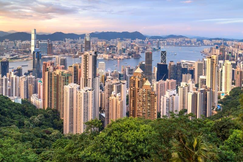 Hong Kong SAR Kina - circa Juli 2015: Horisont av Hong Kong från Victoria Peak på solnedgången arkivbild