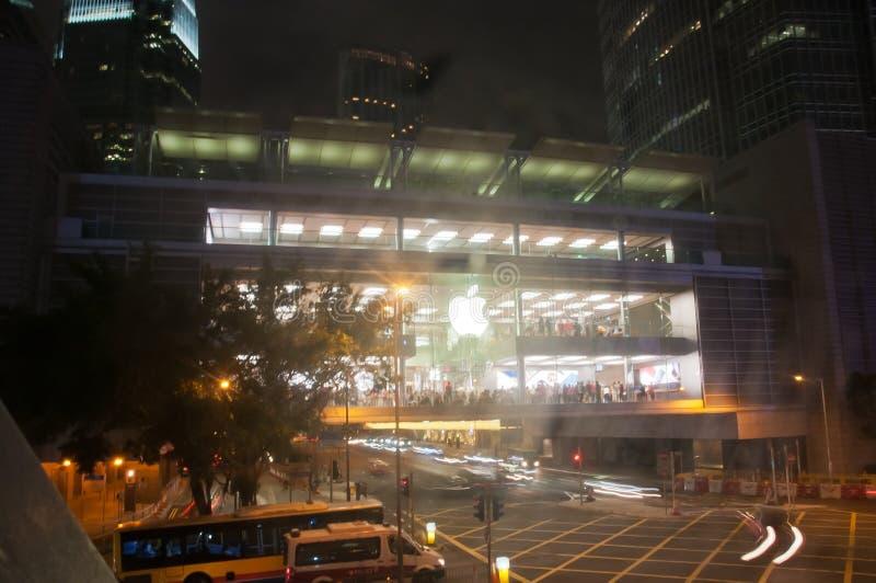 HONG KONG, HONG KONG SAR - LISTOPAD 17, 2018: Jaskrawy błyszczący Jabłczany sklep w Środkowym Hong Kong przy nocą Tam są wiele lu obraz royalty free