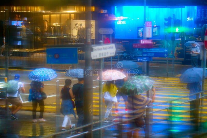 HONG KONG - 4 september, 2017: De scène van de avondstraat in Hong Kong stock afbeelding