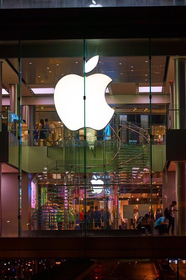 HONG KONG - 3 september, 2017: Nachtmening over klanten in Apple stock afbeeldingen