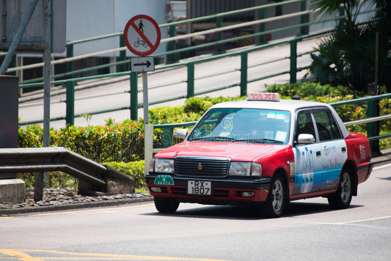 Hong Kong - September 22, 2016: Röd taxi på vägen, Hong Kong `, royaltyfri foto