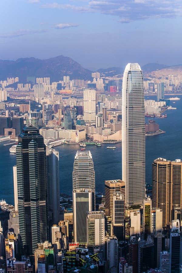 Hong Kong sikt från Victoria Peak till fjärden och det upplyst arkivbilder